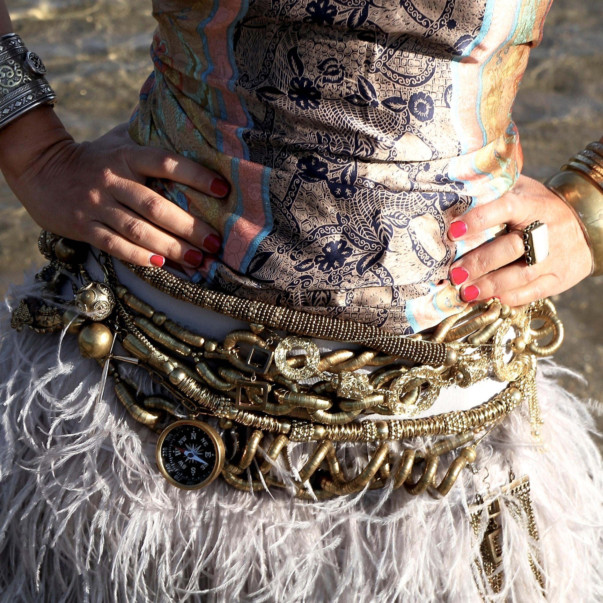 Cinturón realizado con collares versátiles
