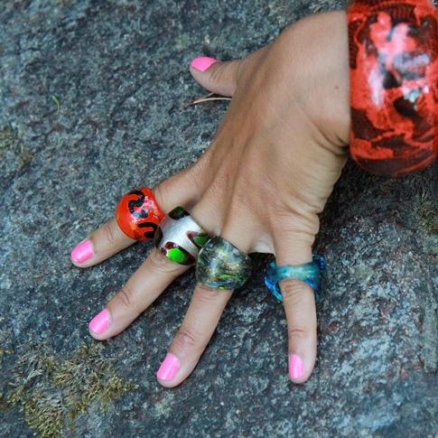 El mercadillo de Corralejo, para comprar anillos de cristal