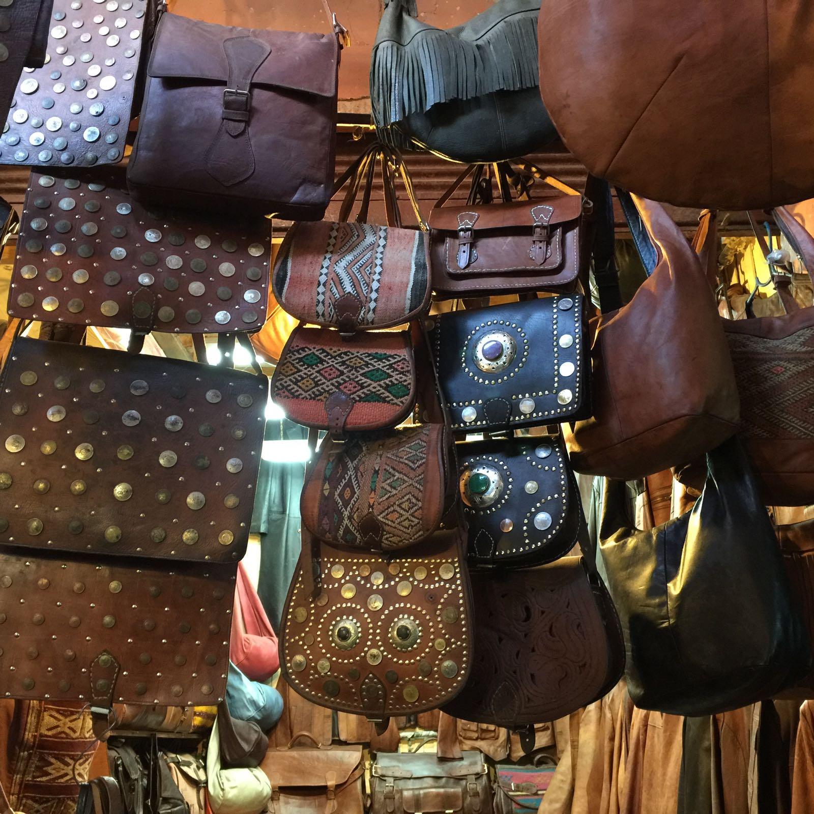 bolso y complementos de piel en tiendas de Marrakech