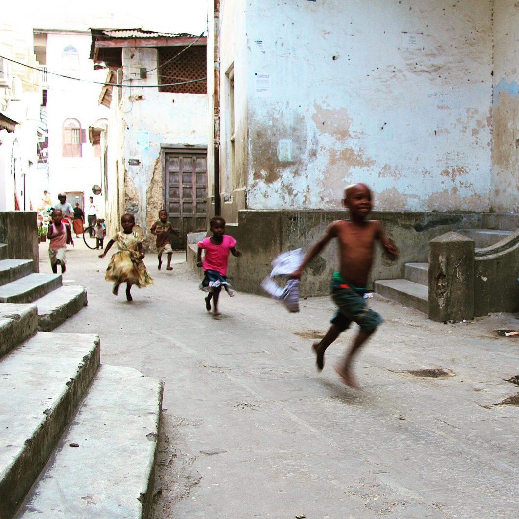 Niños jugando en Stonetown, Zanzibar