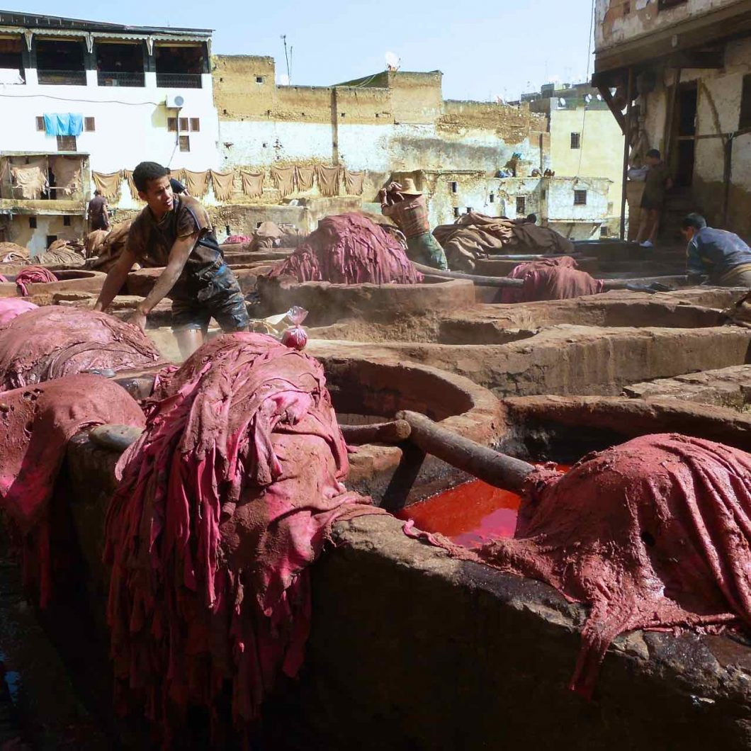los curtidores de Fez preparan y tiñen las pieles