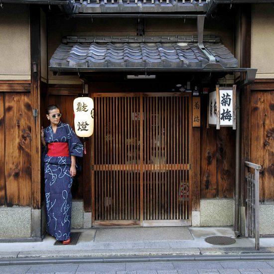 En Gion, con kimono de algodón,