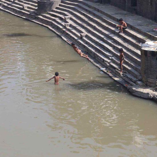 el río junto al templo Pushamatinath