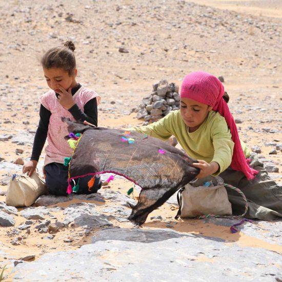 Niñas vendiendo en el desierto