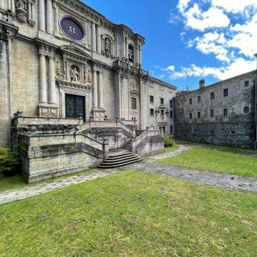Puerta monasterio de Samos